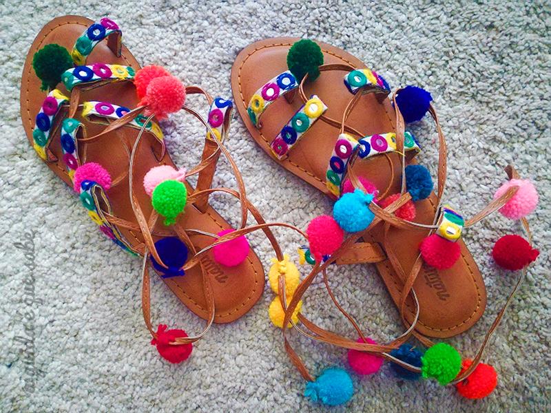 sandálias pompons