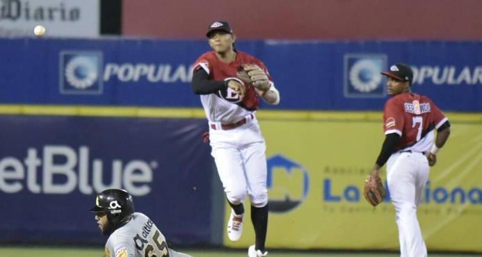 Erik González laza a primera sobre Ronny Rodríguez.