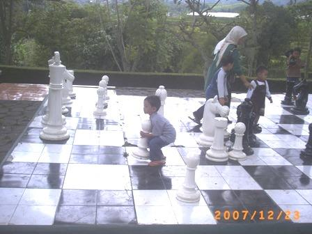 Irfan main catur raksasa