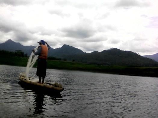 Gambar Fotografi Alam - Aktifitas nelayan menjaring ikan di Waduk Selorejo Ngantang Malang