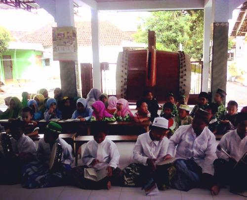 Penampilan seni musik Islami Banjari oleh TPQ Al-Mujahiddin Guwo Mojowarno Jombang