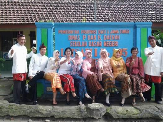 Peringatan Hari Kartini Memakai Pakaian Adat Jawa di SDN Latsari Mojowarno Jombang Tahun 2017
