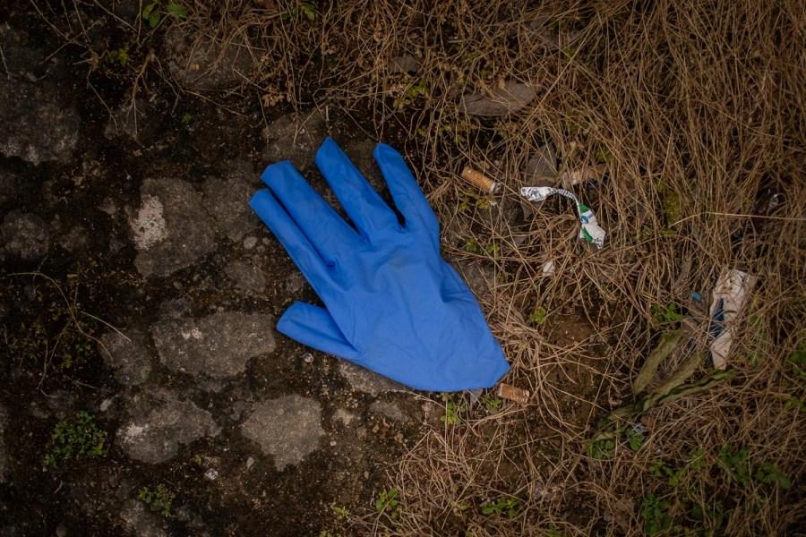 Foto de Manu García, Guante en el suelo