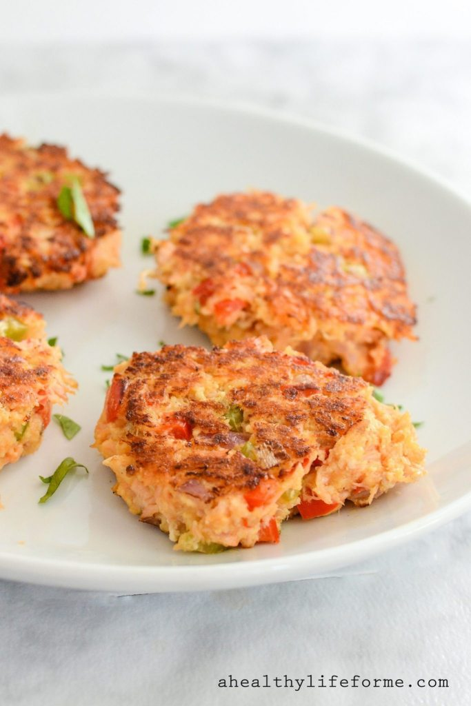 Paleo Salmon Cakes are so the perfect healthy weeknight dinner. This recipe is a simple and delicious, gluten free, dairy free, and paleo | ahealthylifeforme.com