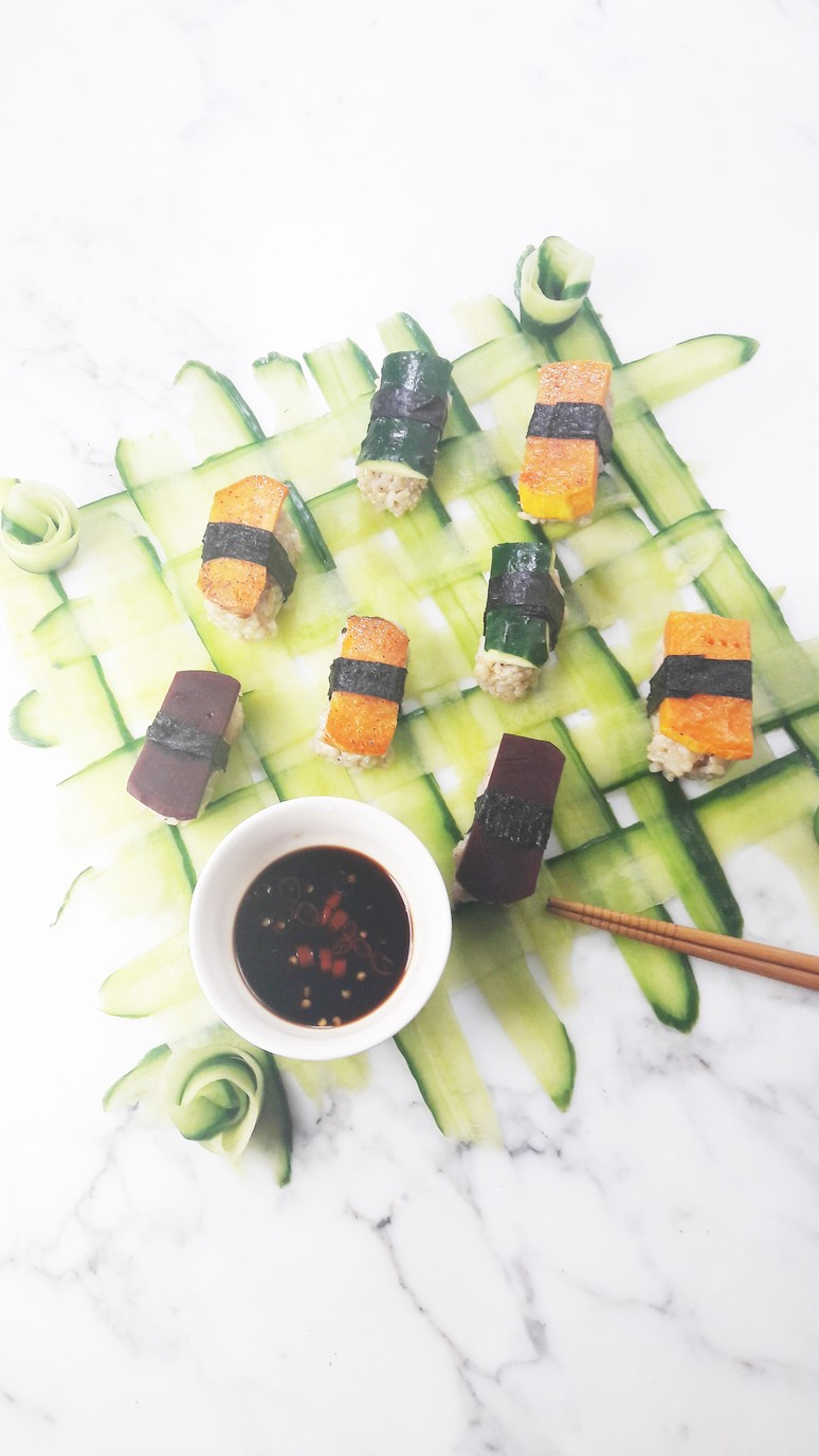 Vegan sushi recipe and cucumber weaving tutorial. We were so surprised by how easy it was to make delicious vegan sushi on a gorgeous woven cucumber mat. | ahedgehoginthekitchen.com
