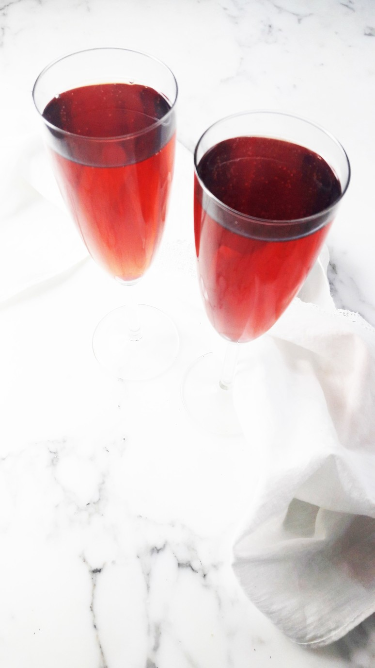 This kir breton : blackcurrent & apple cider cocktail tastes like Spring! The perfect fruity, sparkling cider cocktail. | ahedgehoginthekitchen.com