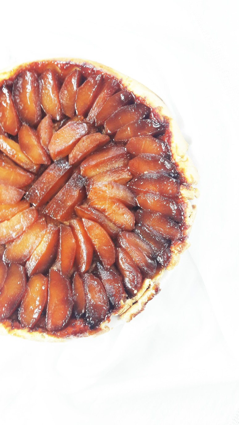 The ultimate tarte tatin recipe. Full of delicious, caramelized apples sitting on top of a buttery shortbread crust. It is crumbly, sweet and quintessentially French! | ahedgehoginthekitchen.com