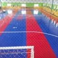 perbedaan finishing lantai lapangan futsal antara matras interlock, rumput sintetis, dan flexipave-flexypave pasir silica warna