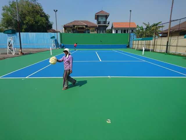 renovasi aspal lantai lapangan tenis oleh ahli pembuat lapangan