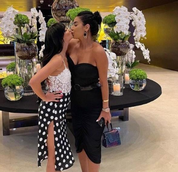 جوري بكر تثير الجدل بصورة قبلة مع شقيقتها عبر مواقع التواصل الإجتماعي