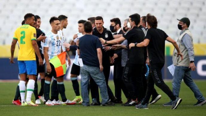 فيفا: نأسف لأحداث البرازيل والأرجنتين سندرس تقرير حكم اللقاء وفتح تحقيق