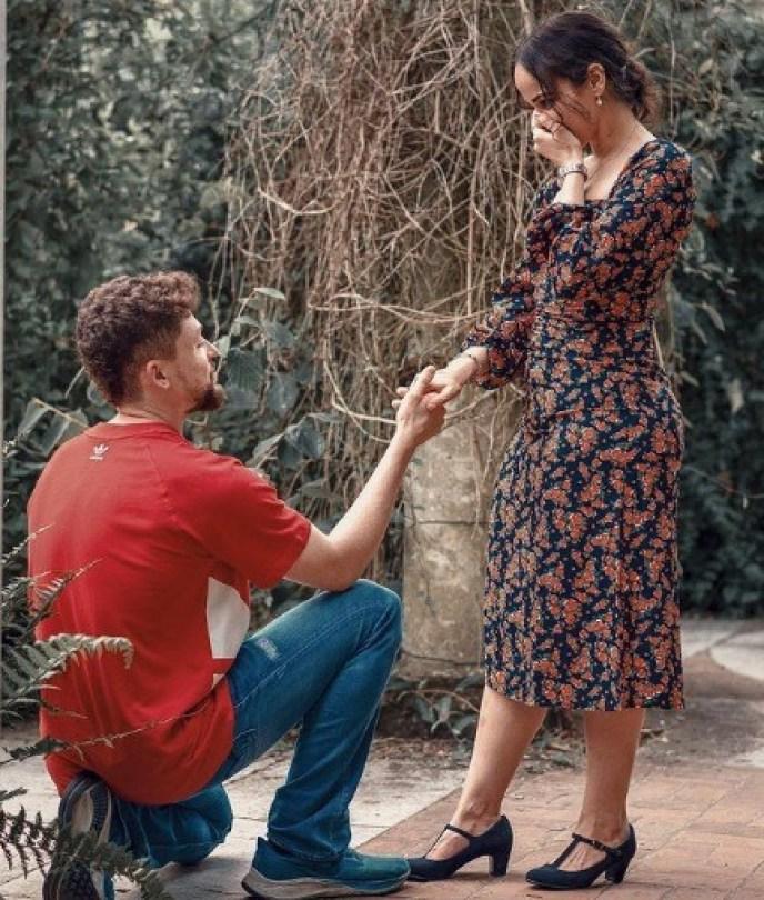 خطيب نور عمرو دياب يفاجئها بطلب الزواج ويقدم لها خاتم خطوبتها الماسي