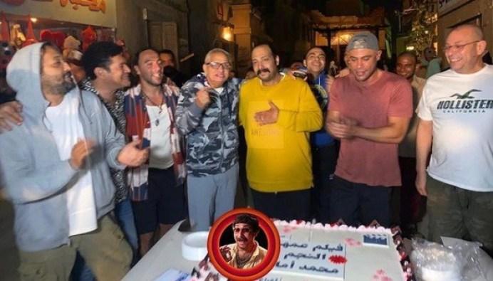 محمد إمام وأحمد السبكي يحتفلون بعيد ميلاد محمد ثروت في كواليس فيلم عمهم