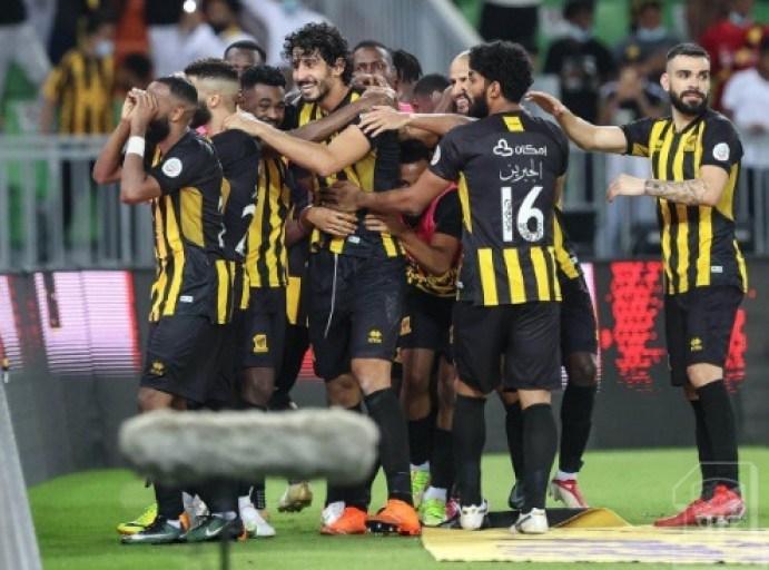 أحمد حجازي يحفز اللاعبين في غرفة ملابس اتحاد جدة في الدربي