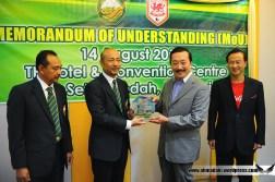 Presiden KFA Menyampaikan cenderahati kepada Tan Sri Vincent Tan