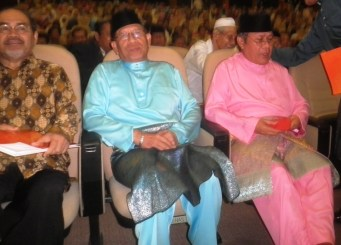 Among the VIPs. From left is Pak Cik Dato Dr. Sidek Baba, H. E. Tan Sri Abu Zahar Ujang (President of Dewan Negara) and Tun Ahmad Fairuz (former Chief Justice of the Federal Court of Malaysia).