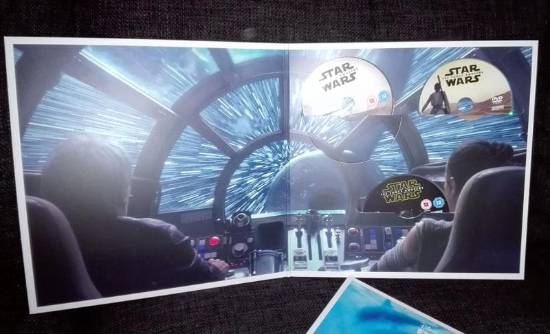 So sieht das Ganze von Innen aus. Insgesamt 3 Discs: Hauptfilm auf je DVD und Blu-Ray sowie eine Blu-Ray mit Extras.