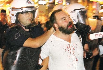 Ogretim_uyesine_polis_dayagi_Cumhuriyet_14.7.13