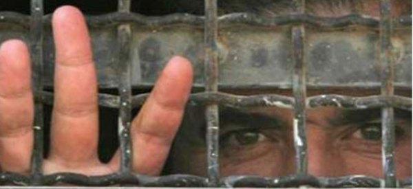 Hapiste_demir_parmaklik_gerisinde_insan