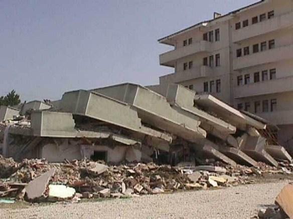 GOLCUK_Depreminde_yikilsn_binalar2
