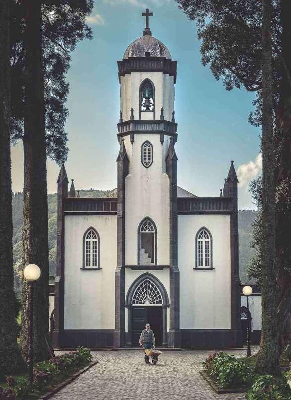 Um die Kirche von Sete Cidades ist ein wundervoller Garten.