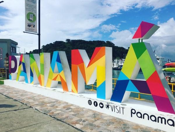 kunterbunte Buchstaben im Hafen von Panama - in der Marina von Fuerte Amador