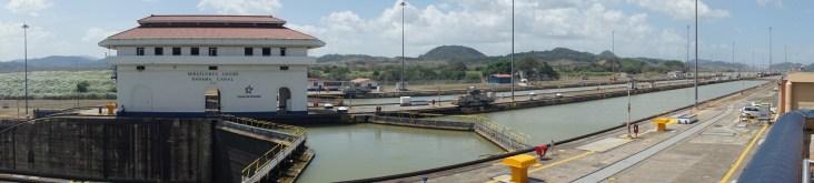 Miraflores Schleuse - mit Wasser gefüllte Schleusenbecken