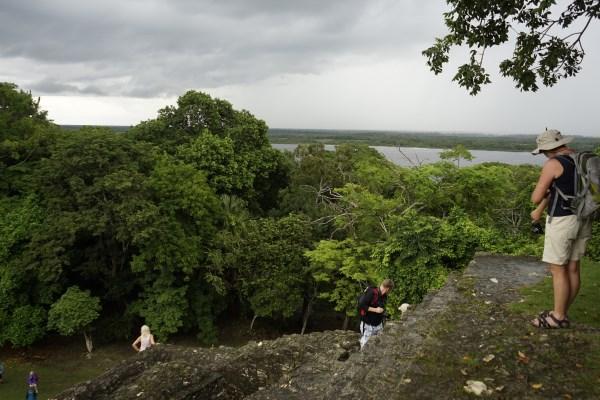 Auf der Pyramide - Ausblick auf den Fluss New River und den Regenwald