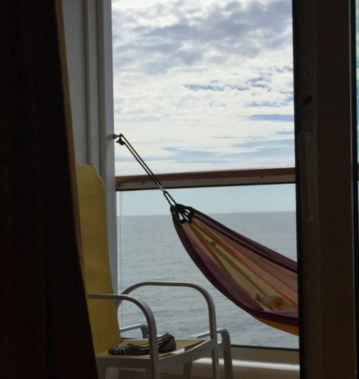 ein Leseplatz auf See - in der Hängematte über die Weltmeere
