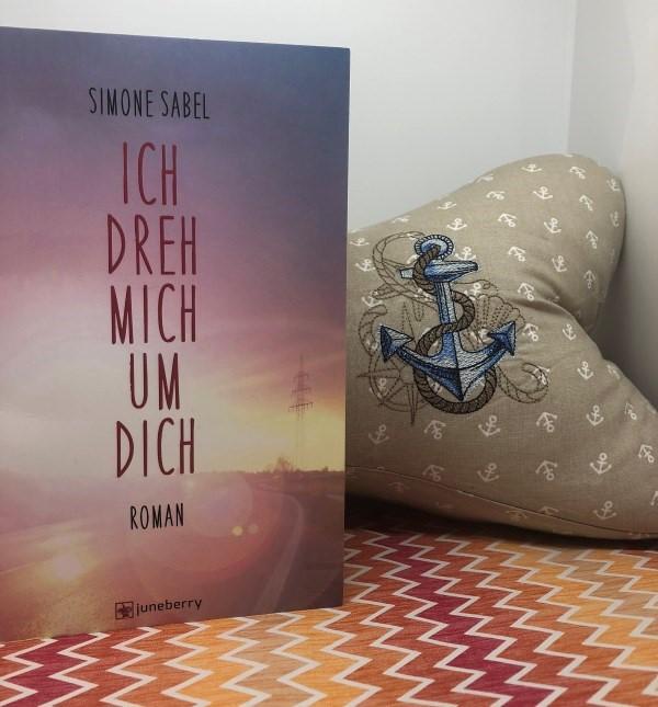ICH DREH MICH UM DICH von Simone Sabel mit maritimem Leseknochen