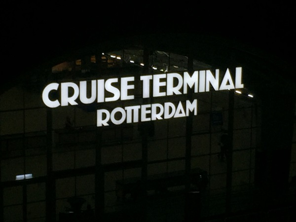 Bei Nacht in Rotterdam