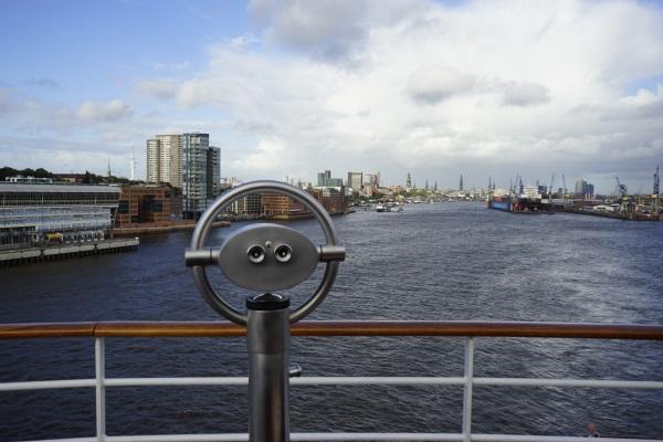 Hafenterminal Hamburg - Altona mit Fernglas