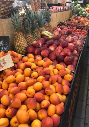 Markt Ausflug - am Obst- und Gemüsestand - Aprikosen, Pfirsiche und Ananas
