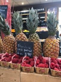Markt Ausflug - am Obst- und Gemüsestand - Himbeeren und Ananas