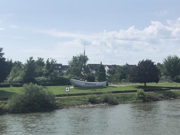 MS Viola - es steht ein Boot am Ufer