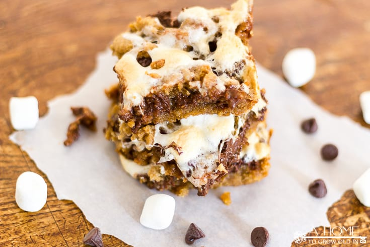 Oh my gosh! These are so amazing! This recipe has all the flavors of s'mores, but it's in an easy to serve cookie bar. Try it the next time you need an amazing dessert to bring to a party. Save it for later!