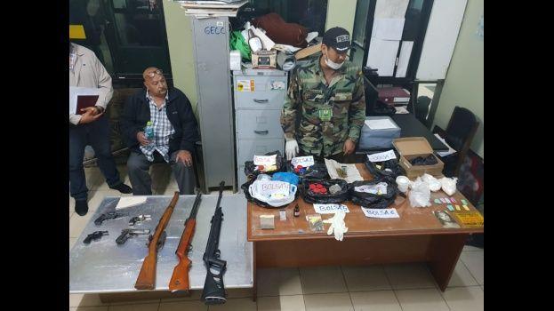 Tarija: Detienen a exfiscal tras hallar armas, marihuana y cocaína en su domicilio
