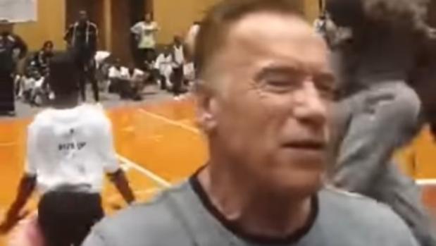 Video: la brutal patada por la espalda a Arnold Schwarzenegger