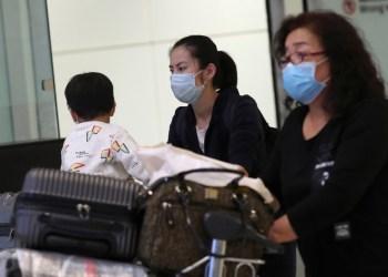 Los viajeros, que usan máscaras como medida de precaución, llegan en un vuelo desde China a Sao Paulo. Amanda Perobelli / Reuters