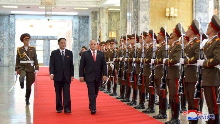 El presidente de la Asamblea Constituyente de Venezuela, Diosdado Cabello, durante una visita a Pyongyang, Corea del Norte, el 25 de septiembre de 2019, en la que habría firmado acuerdos con el régimen de Kim Jong-un (KCNA vía Reuters)