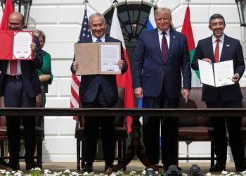 Abdullatif bin Rashid Al Zayani, Benjamín Netanyahu, Donald Trump y Abdullah bin Zayed Al Nahyan (de izda. a dcha.), durante la firma de los Acuerdos de Abraham en la Casa Blanca, 15 de septiembre de 2020.