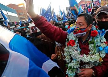 """BOL13 EL ALTO (BOLIVIA), 09/09/2020.- El candidato presidencial y exministro Luis Arce, del Movimiento al Socialismo (MAS) del expresidente Evo Morales, celebra este miércoles su primer gran acto de campaña en El Alto (Bolivia). El Movimiento al Socialismo (MAS) del expresidente Evo Morales celebró este miércoles su primer gran acto de campaña en El Alto, ciudad vecina de La Paz considerada uno de sus bastiones políticos. Una caminata por una avenida de la zona norte alteña y un posterior mitin con música y una ofrenda ancestral a la """"Pachamama"""" o Madre Tierra fueron los eventos con que el MAS dio inicio a su campaña en esta ciudad, la segunda más poblada de Bolivia con cerca de un millón de habitantes. EFE/Martín Alipaz"""