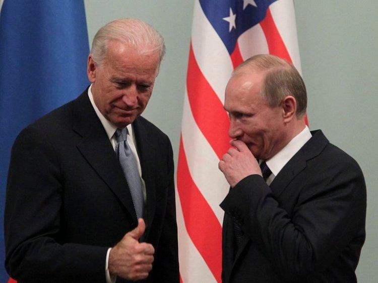 El entonces vicepresidente estadounidense, Joe Biden (i), y el, entonces, primer ministro ruso, Vladimir Putin, durante un encuentro en Moscú en 2011.EFE