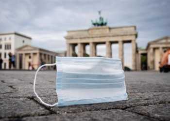 24/09/2020 24 September 2020, Berlin: A face mask lies on the ground in front of Brandenburg Gate. German authorities are facing pressure to bring back tougher restrictions to stem the pandemic as the number of new coronavirus cases in the nation jumped again on Thursday. Photo: Kay Nietfeld/dpa POLITICA INTERNACIONAL Kay Nietfeld/dpa