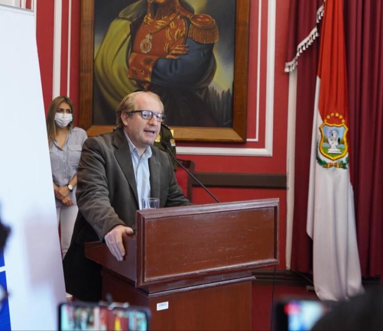 El ex Gobernador, Adrian Oliva.