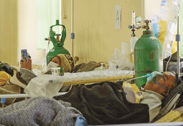Pacientes reciben oxígeno medicinal en el Hospital de Clínicas de La Paz.