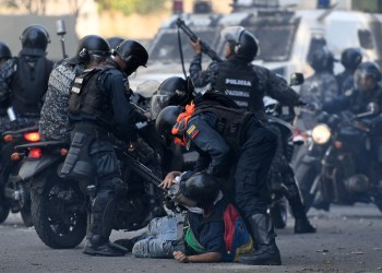 An anti-government protester is detained by security forces during clashes with security forces in Caracas on the commemoration of May Day on May 1, 2019, after a day of violent clashes on the streets of the capital spurred by Venezuela's opposition leader Juan Guaido's call on the military to rise up against President Nicolas Maduro. - Guaido called for a massive May Day protest to increase the pressure on Venezuelan President Nicolas Maduro. (Photo by Federico PARRA / AFP)