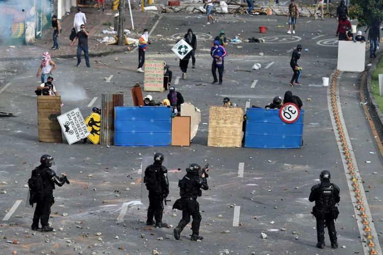 Enfrentamientos entre la policía y manifestantes en Cali, Colombia, el pasado lunes. Foto :LUIS ROBAYO / AFP
