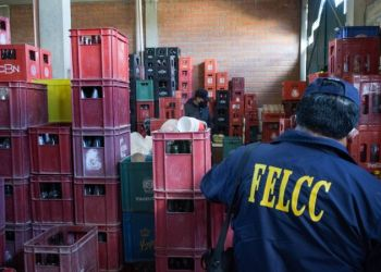 Un miembro de la Felcc, junto a cajas de cerveza. Foto: Twitter (ABI)