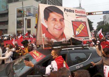 Seguidores del candidato presidencial Pedro Castillo protestan hoy, frente al Jurado Nacional de Elecciones (JNE), en Lima (Perú). EFE